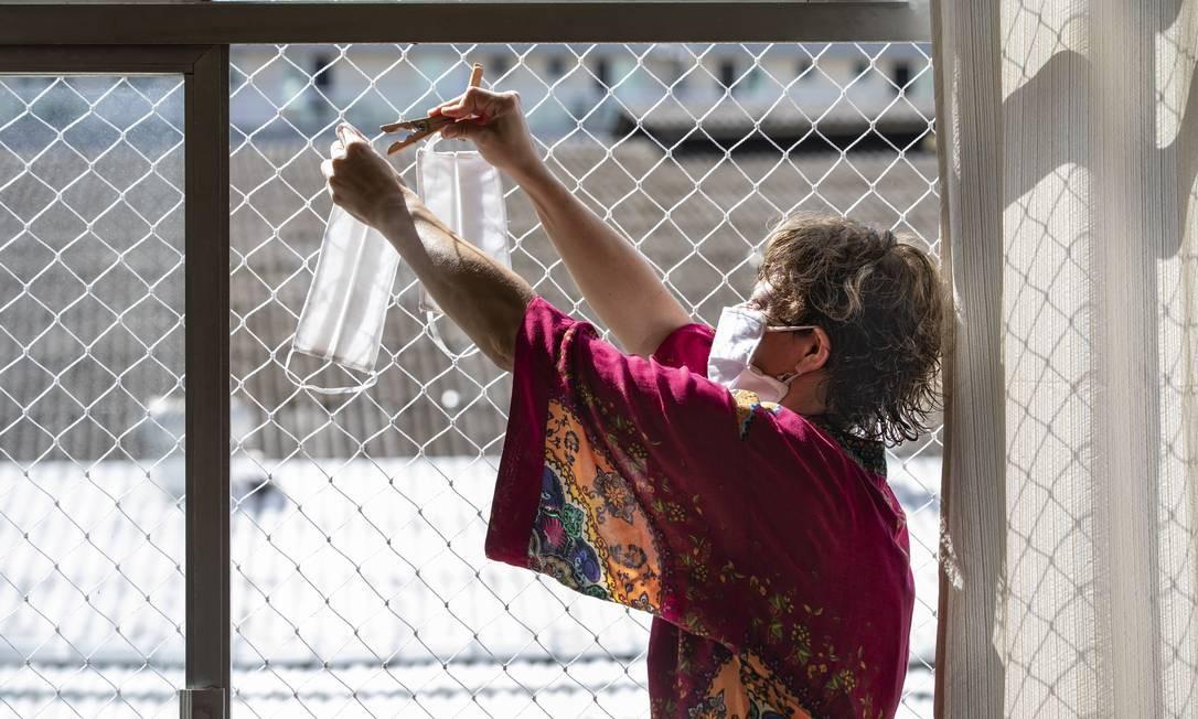 A professora Mariana Pinto está fazendo máscaras de proteção contra o novo coronavírus em sua casa. Ela utiliza fronhas de algodão e, seguindo as dicas de tutoriais pela internet, faz a máscara e depois higieniza e coloca tudo para secar no sol. Foto: Ana Branco / Agência O Globo