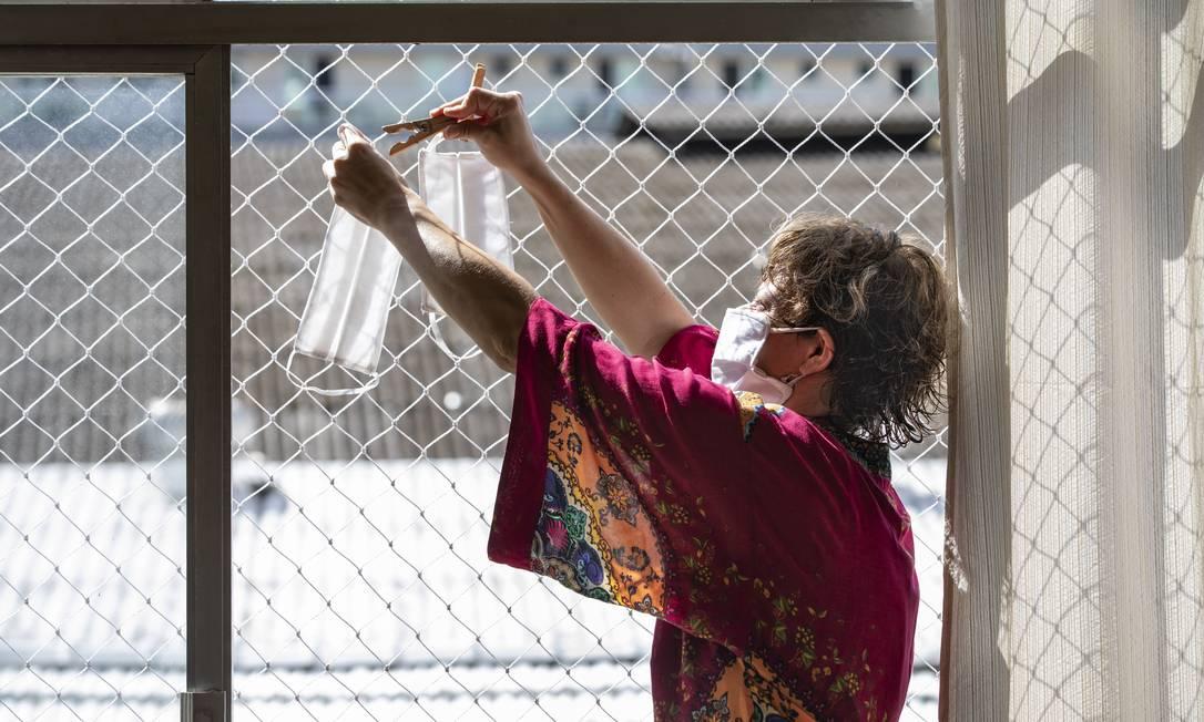 A professora Mariana Pinto faz máscaras de proteção contra o novo coronavírus em sua casa: com filtro, trama fechada e bom ajuste, máscara caseira é eficaz Foto: Ana Branco / Agência O Globo