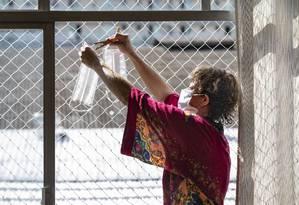 A professora Mariana Pinto está fazendo máscaras de proteção contra o novo coronavírus em sua casa.  Ela usa almofadas de algodão e, seguindo os conselhos de tutoriais online, ela faz a máscara, esteriliza e seca tudo ao sol.  Foto: Anna Branco / Agência O Globo