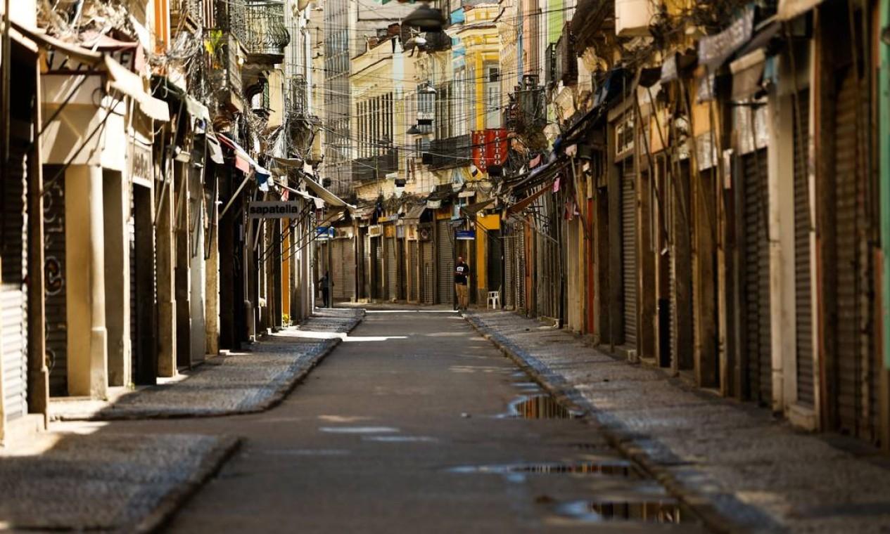 Rio. Comércio da Saara de portas fechadas e ruas desertas Foto: Roberto Moreyra / Agência O Globo