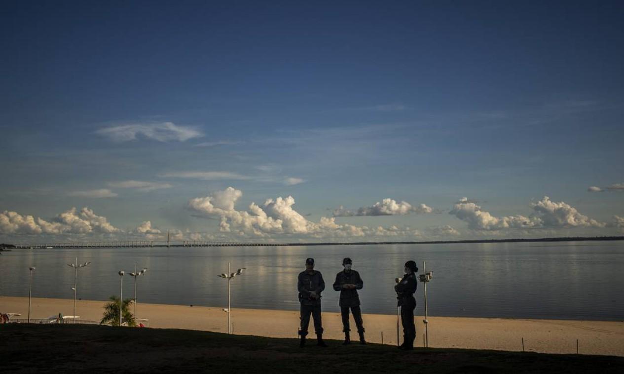 Manaus. Guardas mantêm praia do Rio Negro vazia Foto: Raphael Alves / Agência O Globo