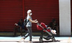Mulher com bebê na rua do Catete Foto: Pedro Teixeira 25-03-2020 / Agência O Globo