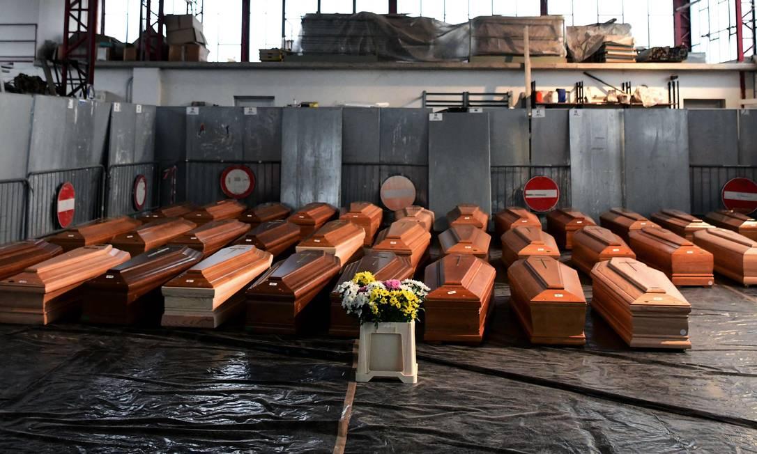 Caixões com corpos de vítimas do coronavírus em depósito perto da cidade de Bergamo, uma das mais atingidas pela Covid-19, na Itália Foto: PIERO CRUCIATTI / AFP