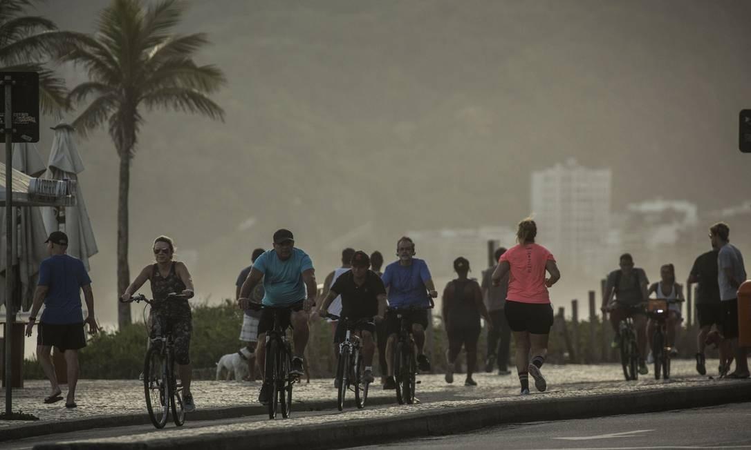Aumento do movimento de pessoas na orla da praia de Ipanema durante a quarentena foi visível nesta quinta Foto: Guito Moreto / Agência O Globo