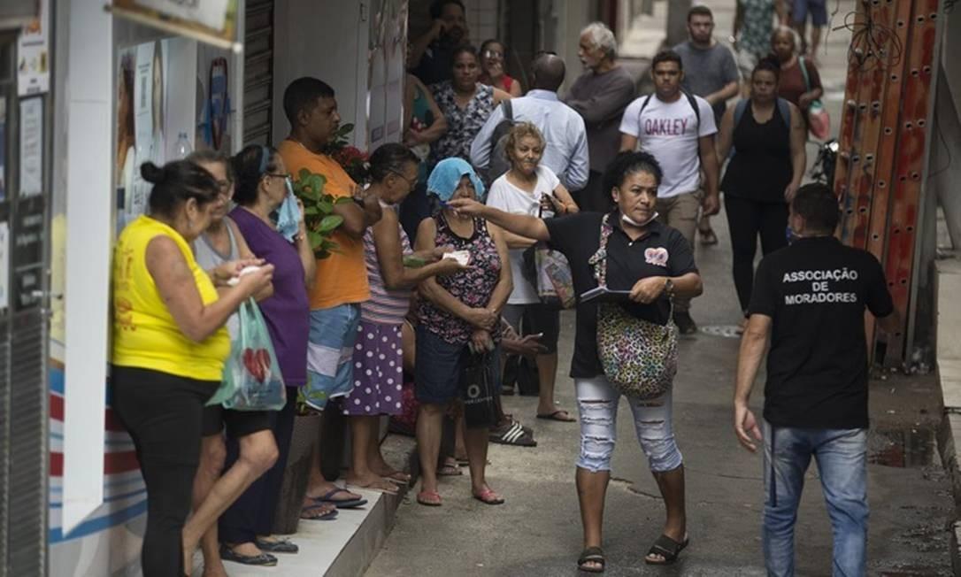 Movimento em rua da Rocinha, em São Conrado: comunidade tem caso de morador infectado Foto: Agência O Globo