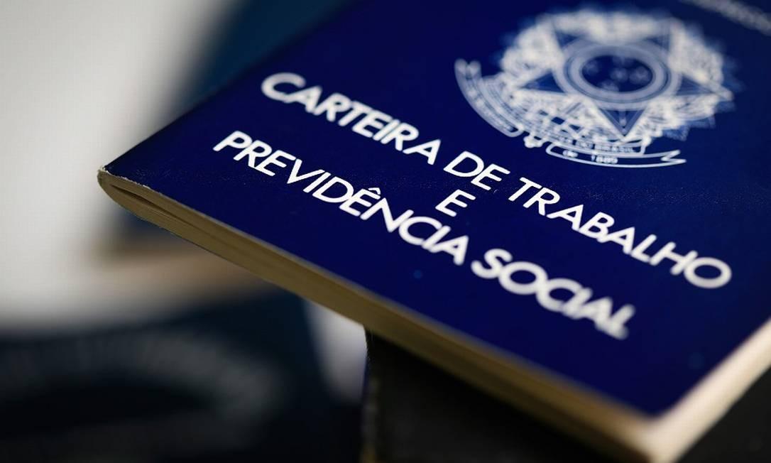 Carteira de trbalho: medidas do governo terão custo alto, dizem especialistas, Foto: Roberto Moreyra / Agência O Globo