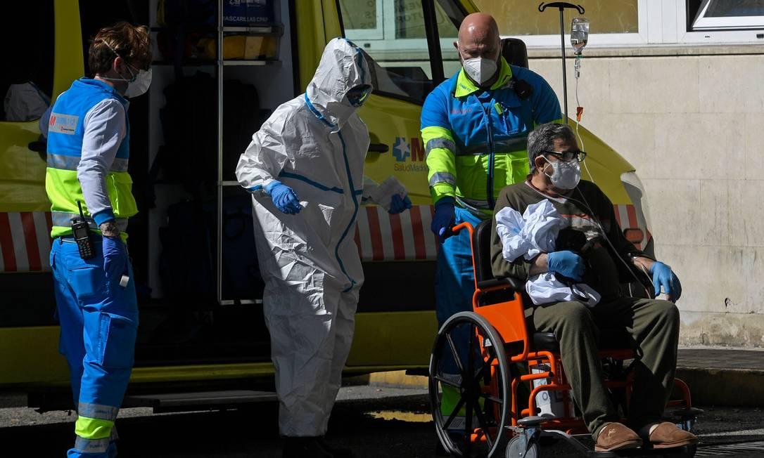 Profissionais de saude levam paciente para hospital: Brasil tem dificuldade para importar ou fabricar produtos necessários para atendimento a vítimas Covid-19 Foto: OSCAR DEL POZO/AFP