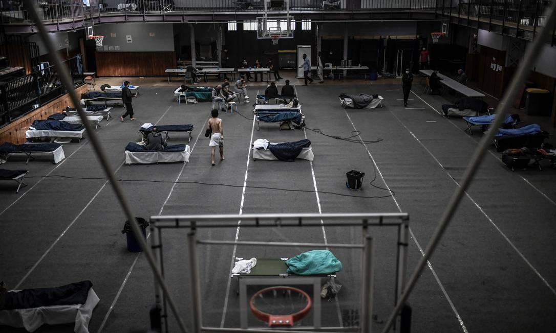 O ginásio Jean Jaures, em Paris, foi adaptado para acolher imigrantes em situaçao vulnerabilidade, enquanto a França vive quarentena nacional para combater a pandemia da Covid-19 Foto: STEPHANE DE SAKUTIN / AFP