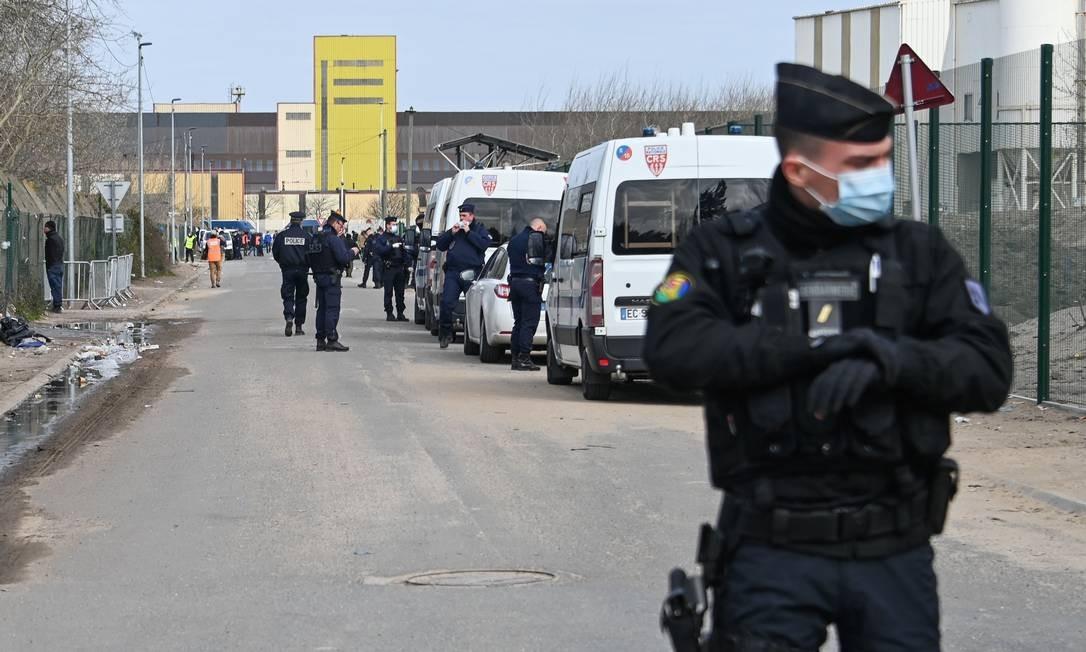 As forças policiais de choque estão trabalhando como parte de uma operação para abrigar os migrantes de forma voluntária, em uma tentativa de combater a propagação da pandemia de Covid-19 causada pelo novo coronavírus, em 3 de abril, em Calais, norte da França. Foto: DENIS CHARLET / AFP