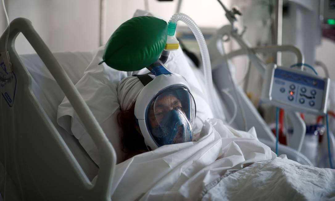 Paciente grave com coronavírus usa respirador artificial em Centro de Terapia Intensiva próximo a Paris Foto: BENOIT TESSIER / REUTERS/01-04-2020