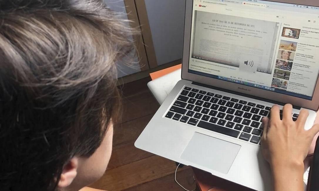 Guilherme Conde. Aluno do CEEI assiste a aula on-line em casa Foto: Acervo pessoal /