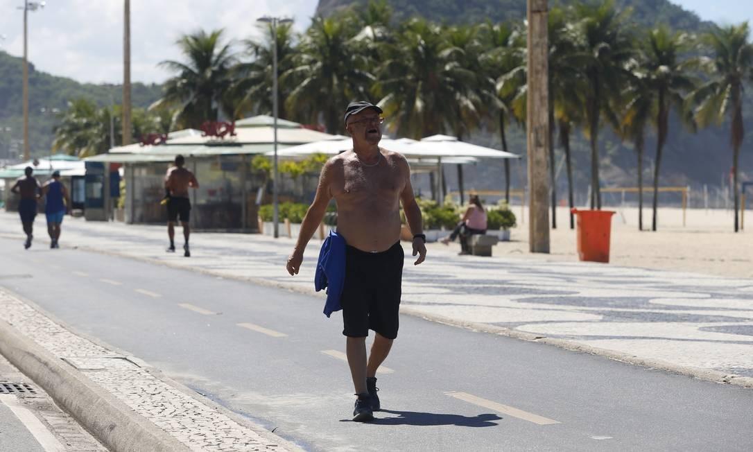 Mesmo com a pandemia do novo coronavírus, idosos circulam no calçadão de Copacabana Foto: Fabiano Rocha