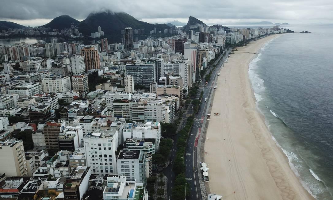 Praia do Leblon, no Rio, vazia em razão da Covid-19 Foto: Custódio Coimbra / Agência O Globo