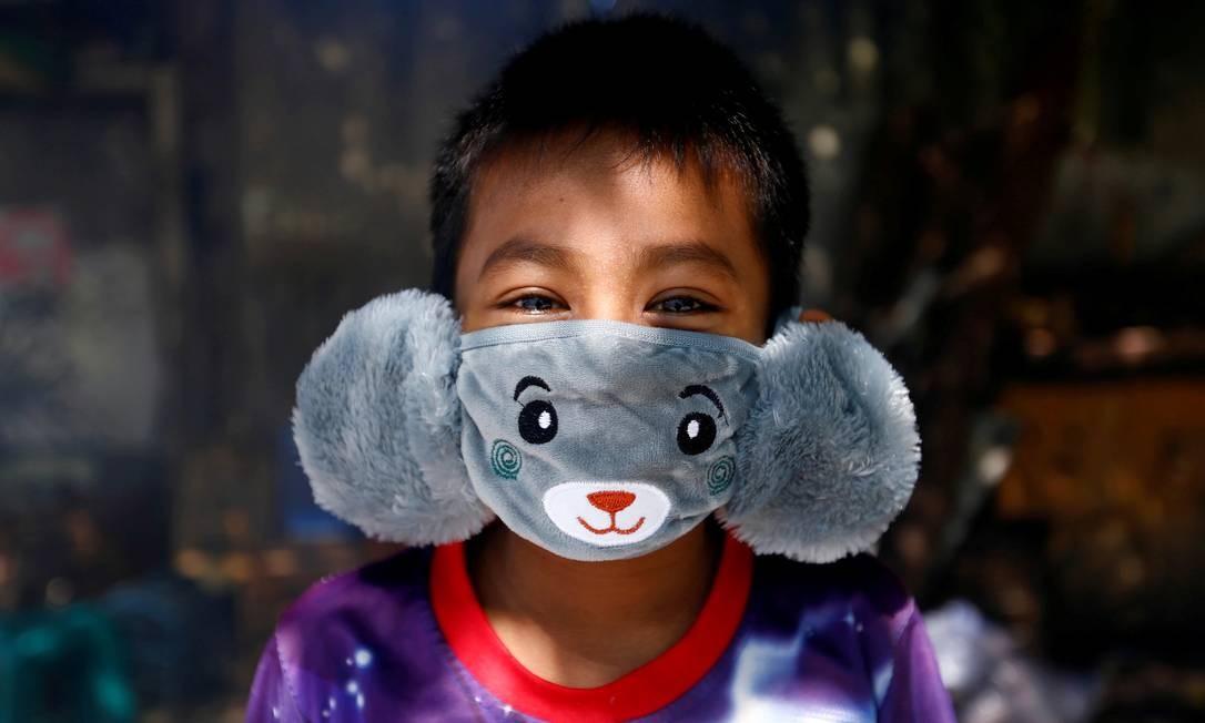 Menino indonésio usa uma máscara facial em forma de animal em meio à disseminação da doença por coronavírus, em Jacarta, na Indonésia Foto: AJENG DINAR ULFIANA / REUTERS