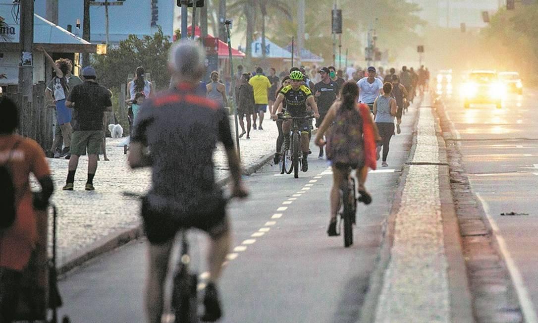 Ciclistas lotam a orla de Ipanema, apesar da recomendação de restrição feita por autoridades: circulação aumentou esta semana Foto: Guito Moreto / Agência O Globo