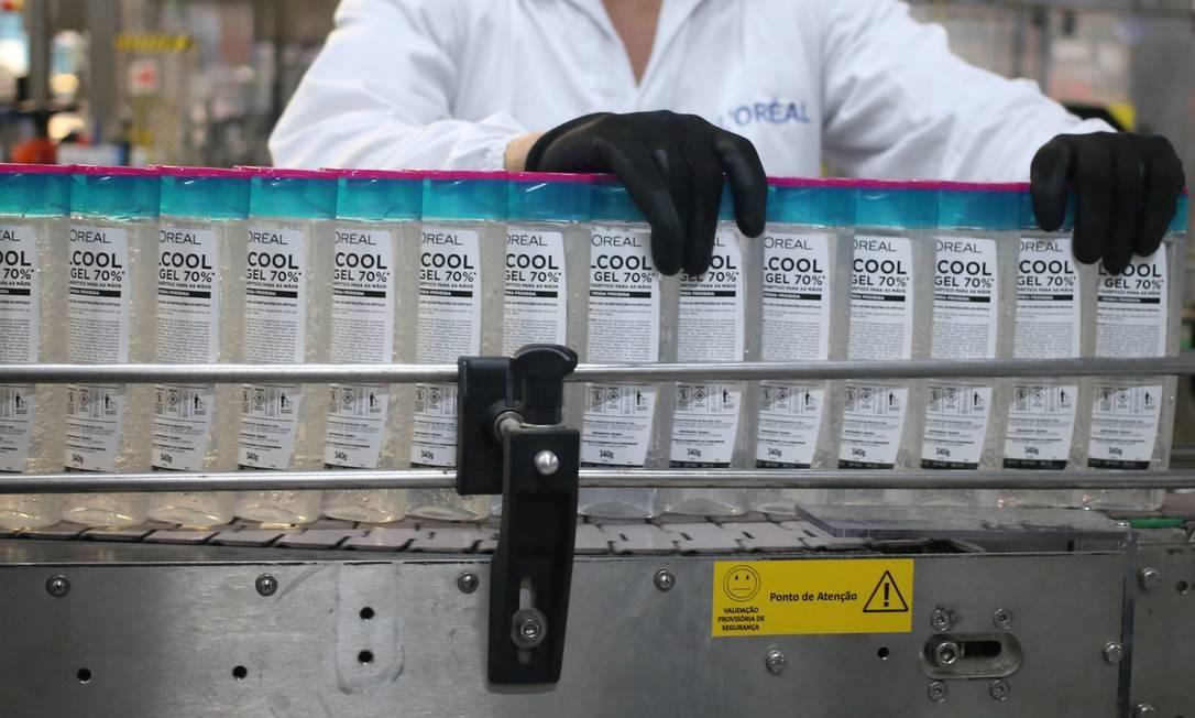 Funcionária inspeciona garrafas de desinfetantes para as mãos à base de etanol Foto: RAHEL PATRASSO/REUTERS