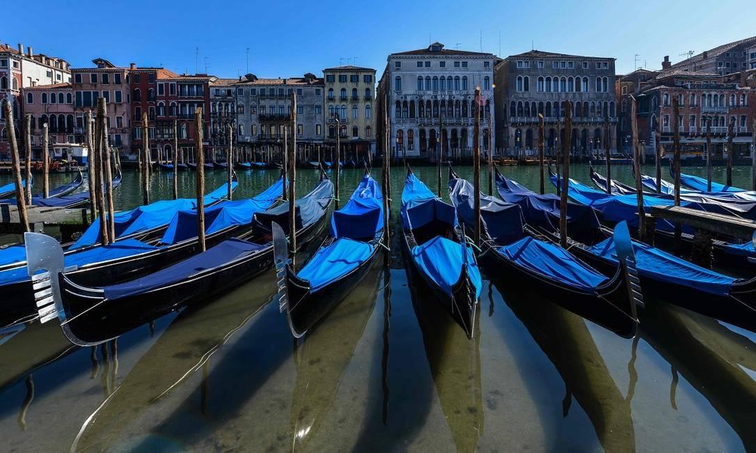Gôndolas vazias numa Veneza sem turistas, ainda em março Foto: ANDREA PATTARO / AFP