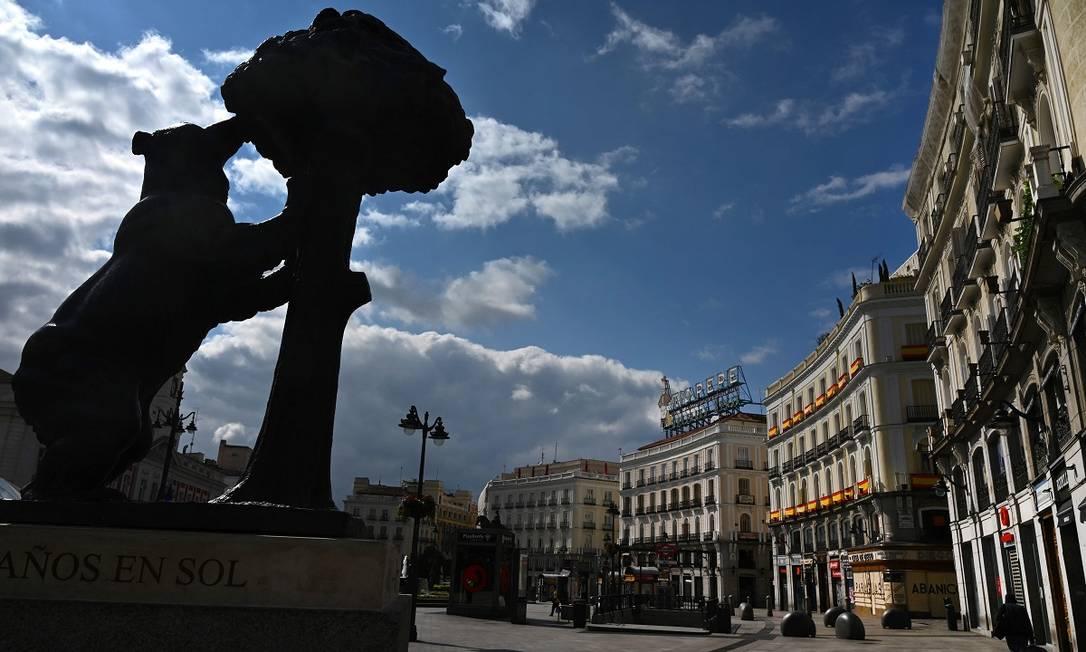 O famoso urso da Puerta del Sol, um dos símbolos de Madri, sem turistas em volta, é outra imagem impressionante da crise da covid-19 na Espanha Foto: GABRIEL BOUYS / AFP