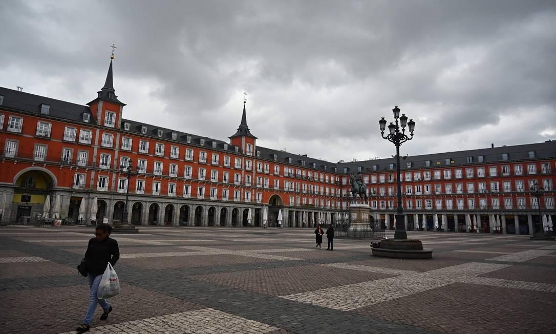 Em Madri, uma das cidades mais afetadas pela pandemia do novo coronavírus, a Plaza de Mayo anda praticamente deserta Foto: GABRIEL BOUYS / AFP