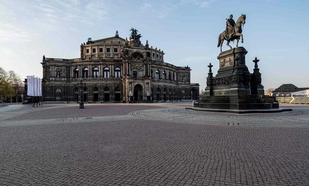 O coronavírus esvaziou também a Theaterplatz, em Dresden, na Alemanha Foto: JENS SCHLUETER / AFP