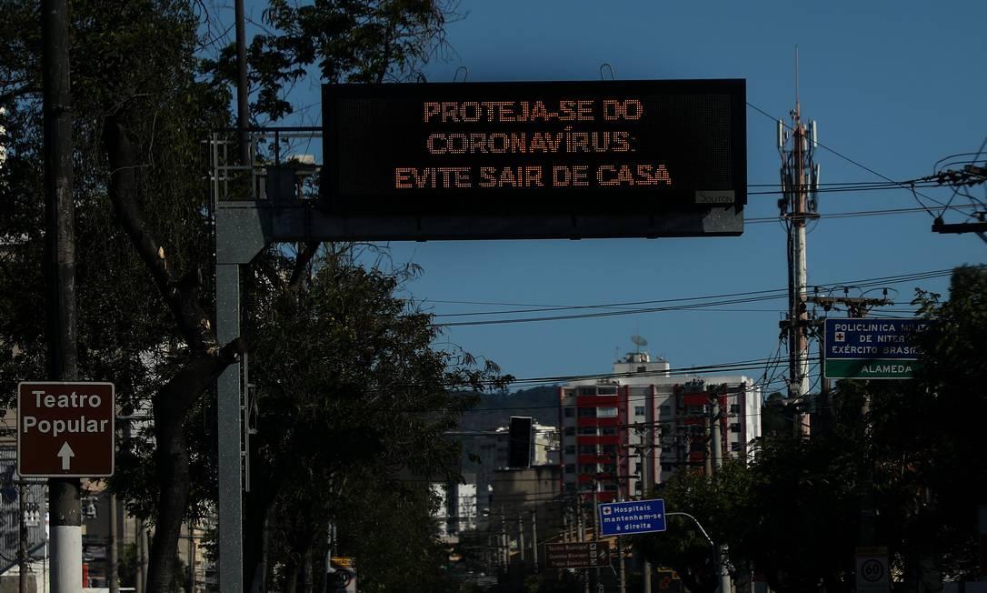 Placa pede que população evite sair de casa: para conter coronavírus, cidade terá importantes acessos totalmente bloqueados até o próximo dia 18 Foto: Fabio Motta / Agência O Globo