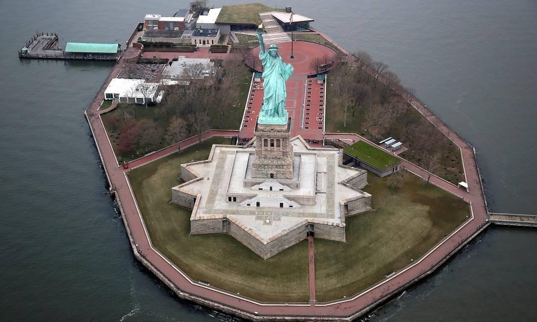 A Estátua da Liberdade está fechada por conta da pandemia Foto: MIKE SEGAR / REUTERS