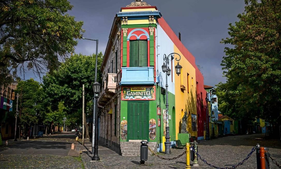É estranho ver o Caminito, no bairro de La Boca, um dos cartões-postais mais populares entre os turistas em Buenos Aires, vazio Foto: RONALDO SCHEMIDT / AFP