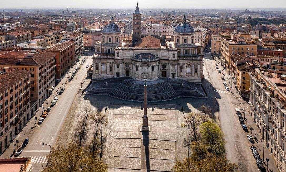 A Piazza dell'Esquilino, em frente à basílica de Santa Maria Maggiore, em Roma, deserta Foto: ELIO CASTORIA / AFP