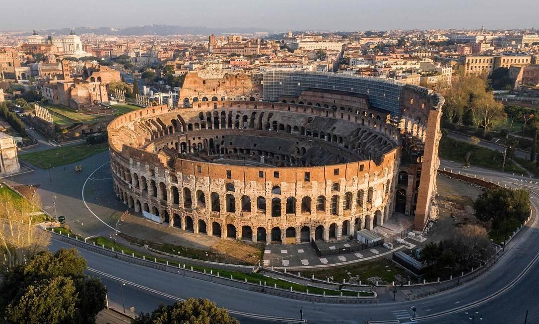 Uma imagem aérea do Coliseu numa Roma vazia é um dos símbolos da Itália nesses tempos de pandemia do novo coronavírus Foto: ELIO CASTORIA / AFP