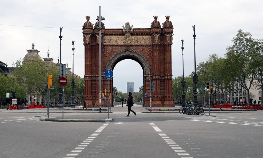 Pouca gente nos arredores do Arc de Triomf em Barcelona, na Espanha Foto: NACHO DOCE / REUTERS