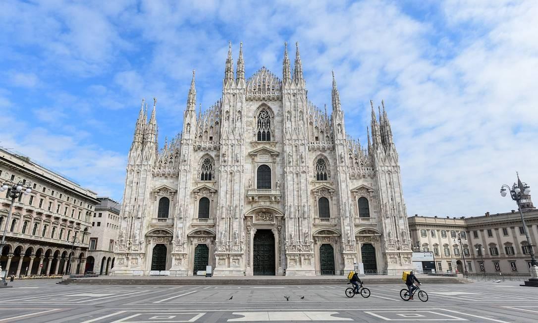 Apenas entregadores de aplicativo são vistos na Piazza del Duomo, um dos pontos mais conhecidos de Milão Foto: PIERO CRUCIATTI / AFP