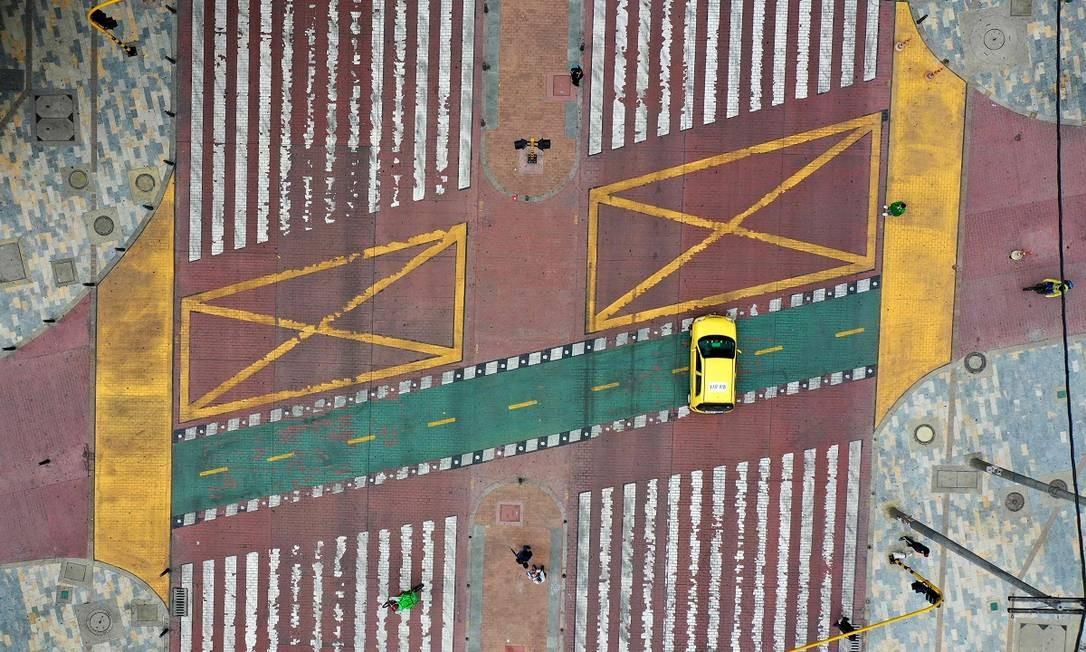 Vista aérea de um cruzamento em Bogotá, praticamente sem trânsito de veículos durante o período de isolamento social Foto: RAUL ARBOLEDA / AFP