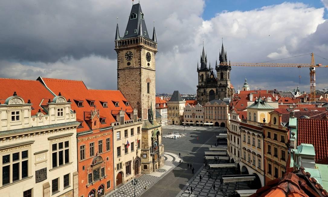 A Praça da Cidade Velha de Praga quase deserta em pleno meio-dia Foto: DAVID W CERNY / REUTERS