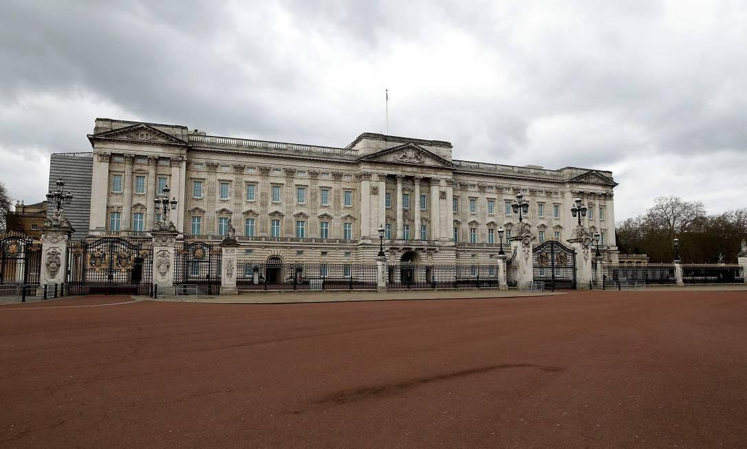 E não há mais aglomerações de turistas e súditos em frente ao Palácio de Buckingham Foto: TOLGA AKMEN / AFP
