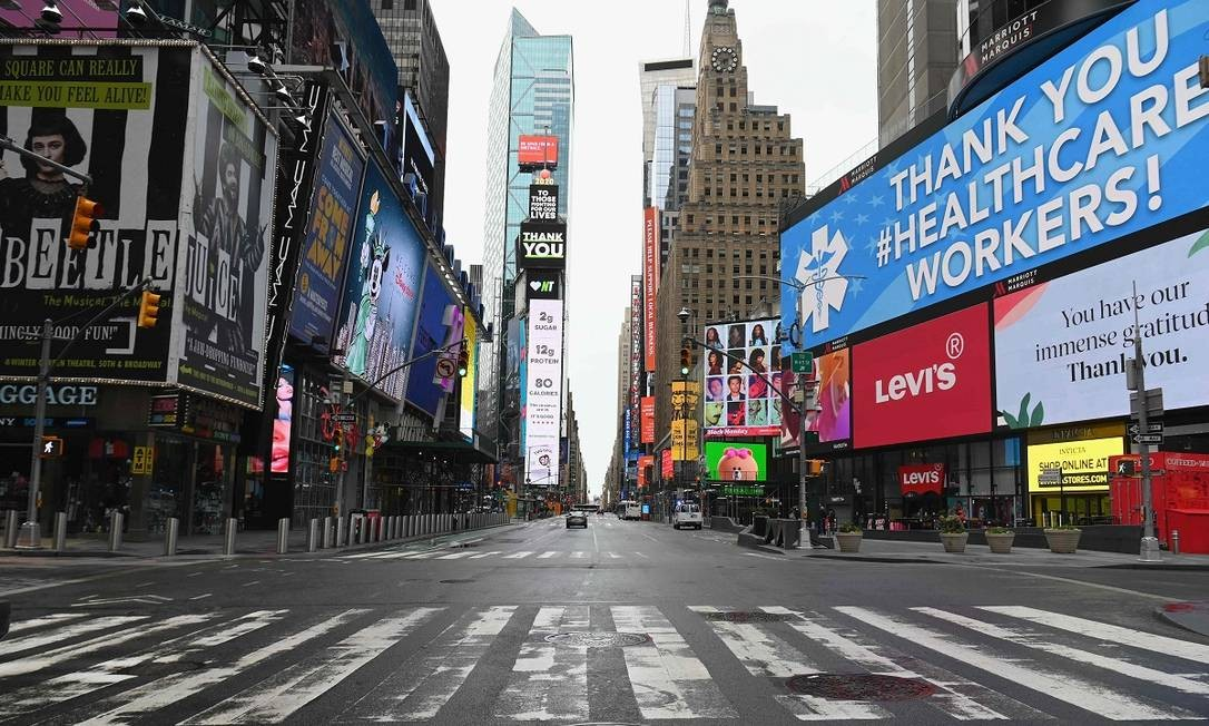 Vista da Times Square completamente vazia: retrato do tamanho da crise sanitária em Nova York, o epicentro da covid-19 nos Estados Unidos Foto: ANGELA WEISS / AFP