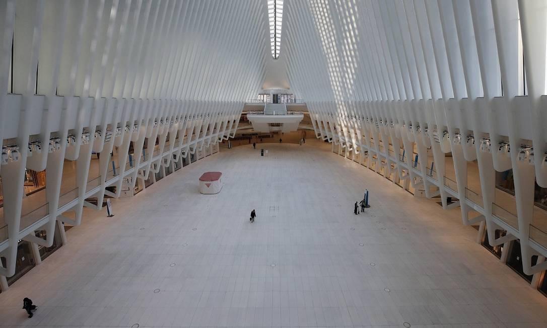 Quase ninguém mais passa pelo Oculus, movimentadíssimo terminal de transporte público na Ilha de Manhattan, em Nova York Foto: BRUCE BENNETT / AFP