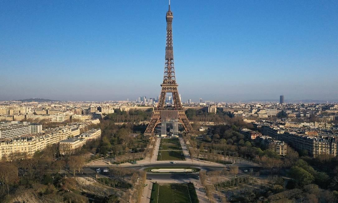 Em Paris, não há ninguém nos Champs de Mars, aos pés da Torre Eiffel... Foto: PASCAL ROSSIGNOL / REUTERS