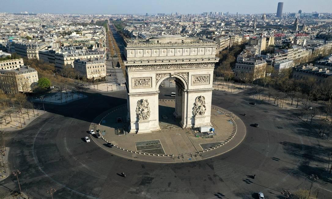 Do alto também se vê um cenário bem deserto nos arredores do Arco do Triunfo Foto: PASCAL ROSSIGNOL / REUTERS