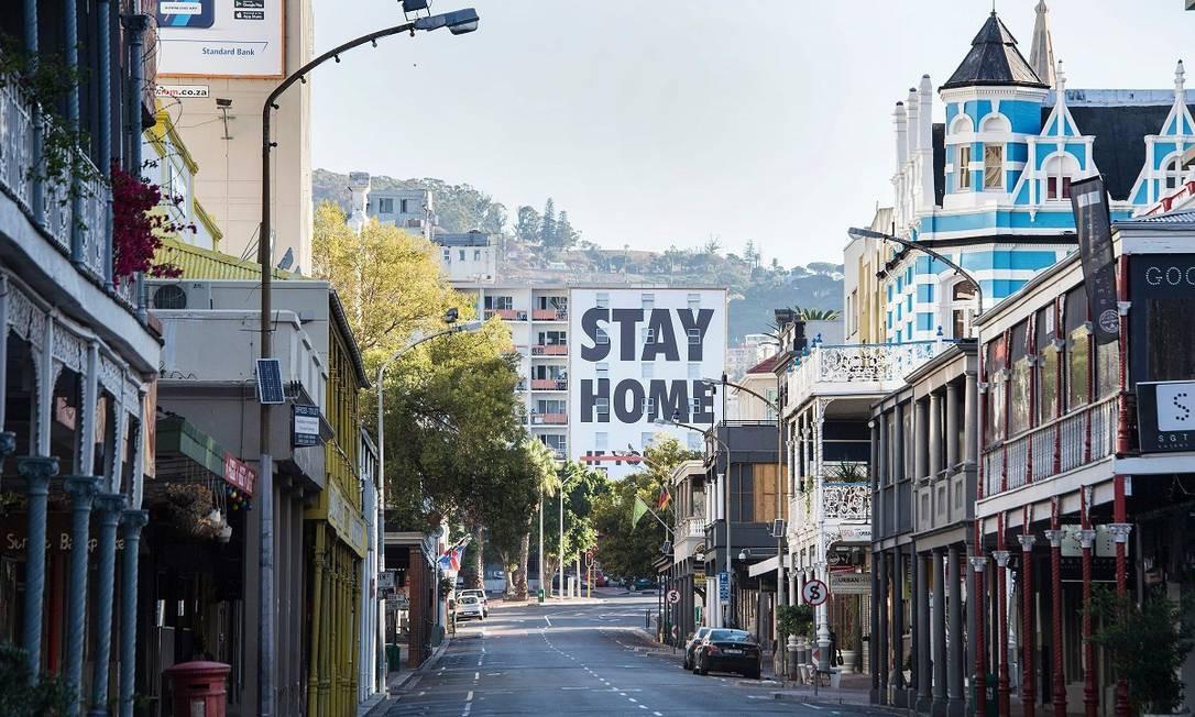 A população da Cidade do Cabo, na África do Sul, também tem evitado sair na rua Foto: RODGER BOSCH / AFP