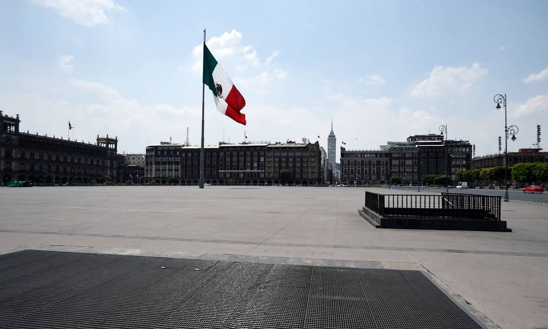 Para tentar conter a pandemia do novo coronavírus na Cidade do México, até mesmo o Zócalo, sua principal praça pública, foi fechado Foto: ALFREDO ESTRELLA / AFP
