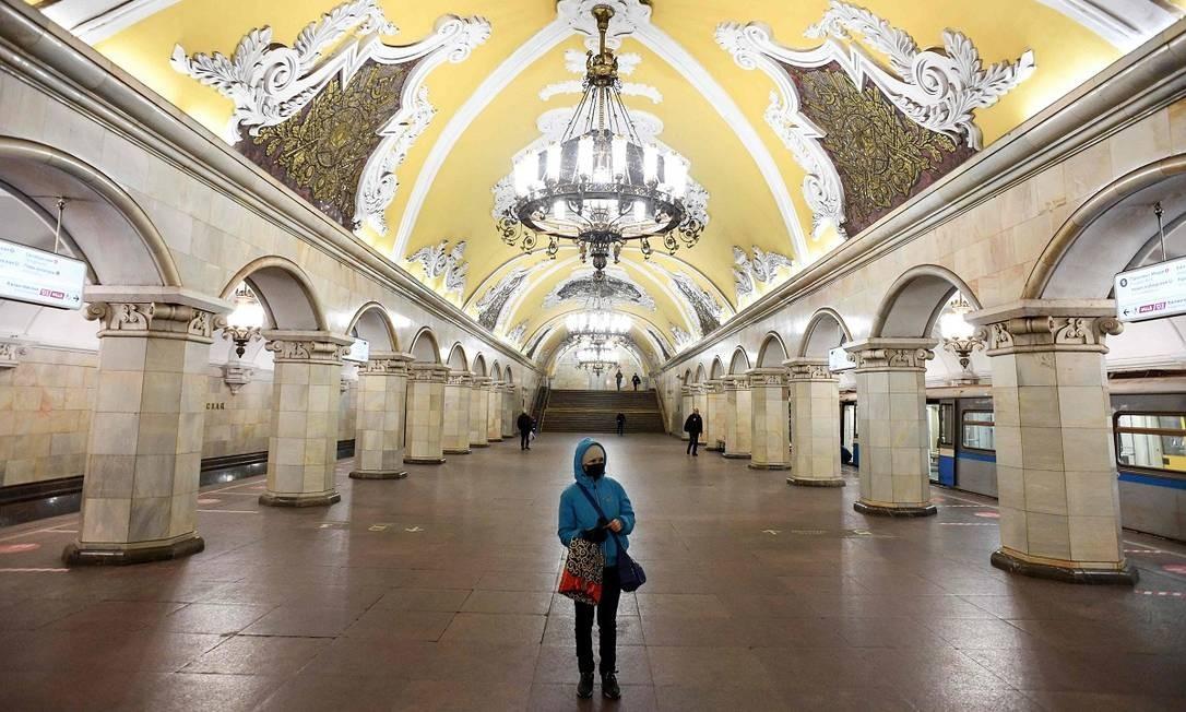Apenas uma passageira espera a composição na estação de metrô Komsomolskaya, em Moscou Foto: KIRILL KUDRYAVTSEV / AFP