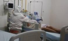 Enfermeira cuida de uma paciente com suspeita de coronavirus, internada no Hospital Municipal Luiz Gonzaga, no Rio Foto: Fabiano Rocha / Agência O Globo