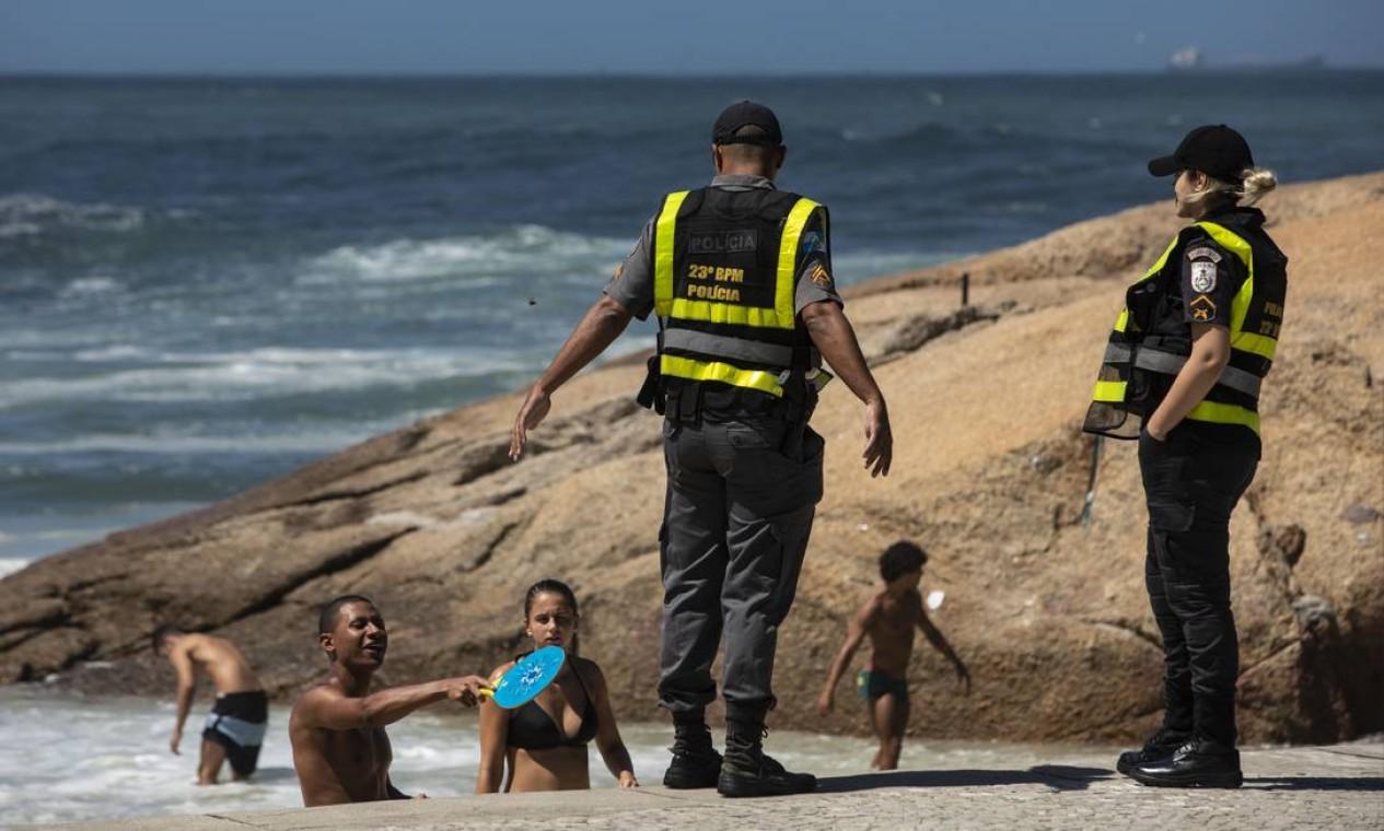 PM do atua em praias do Rio pra tentar evitar aglomerações. O trabalho precisa ser redobrado em dias ensolarados Foto: Ana Branco / Agência O Globo