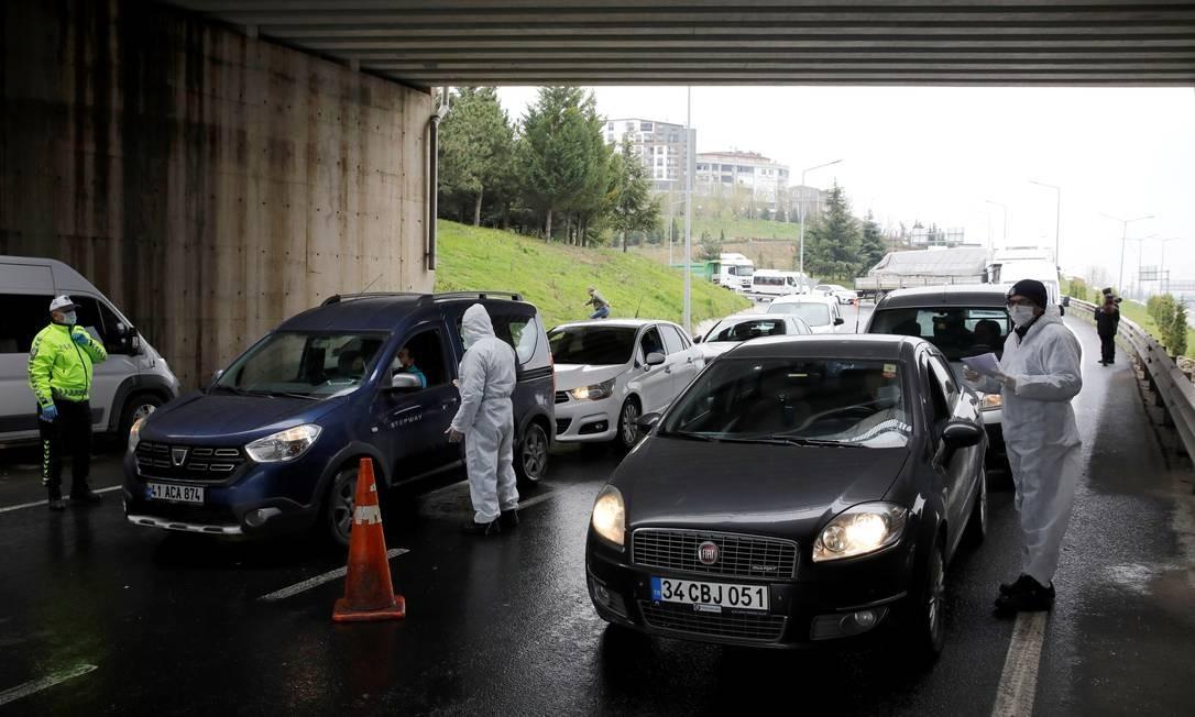 Polícia turca confere documentos de viagem em rodovia perto de Istambul. Com 24 mil casos, governo restringiu movimentação entre cidades Foto: UMIT BEKTAS / REUTERS