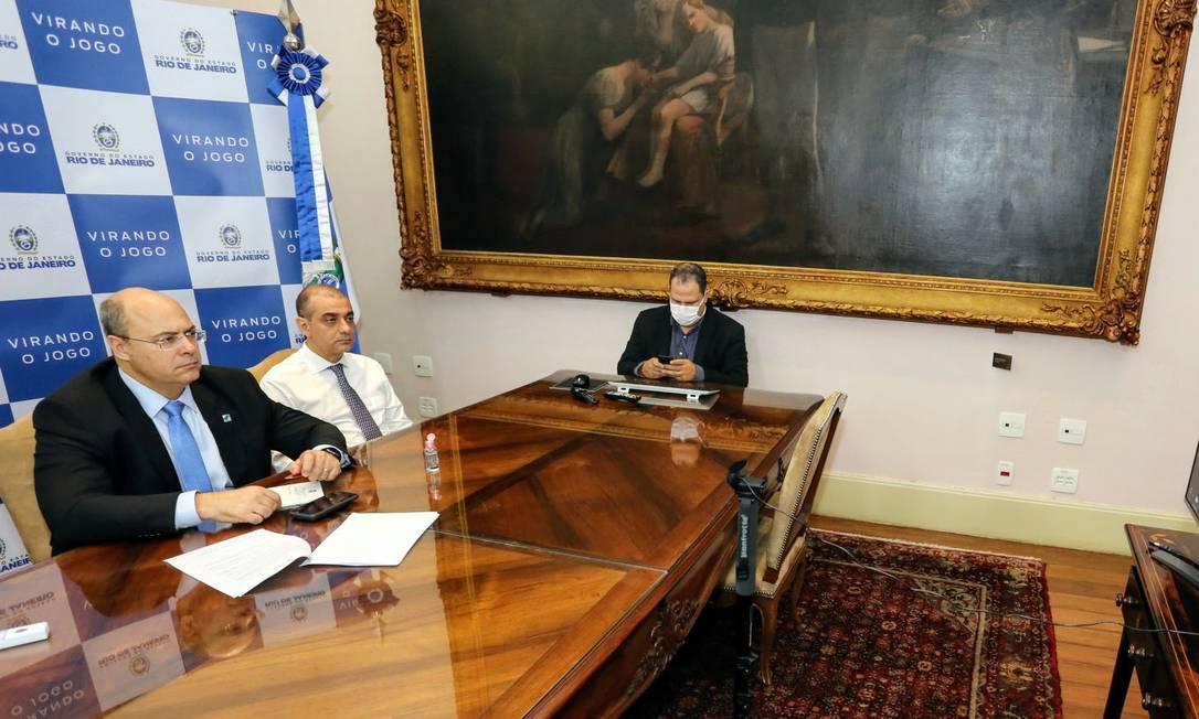 O governador Wilson Witzel e o secretário de Saúde Edmar Santos durante reunião por videoconferência com governadores do Consórcio do Sul e Sudeste (Cosud) Foto: Carlos Magno