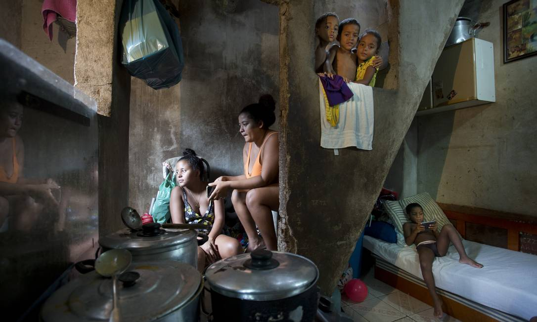 Moradores da Favela da Rocinha, no Rio: defensores da renda básica dizem que programa reduziria desigualdade e ajudaria desempregados e quem se dedica a cuidar de familiares Foto: Márcia Foletto / Agência O Globo