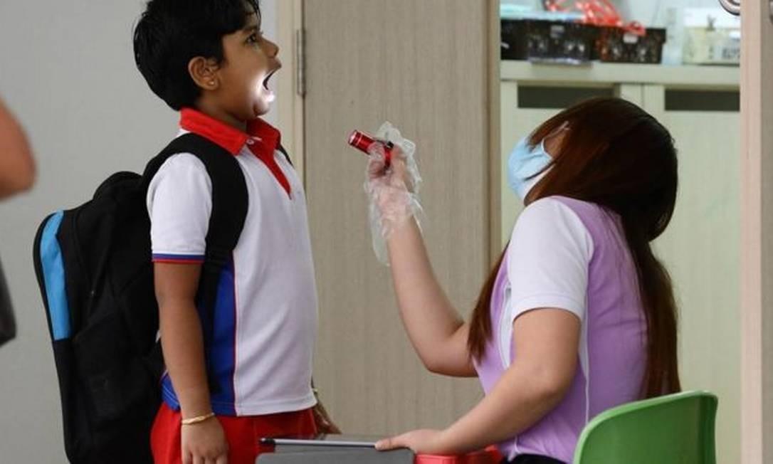 Em crianças, evidências até agora são de que vírus ataca mais as vias aéreas superiores (nariz e garganta) do que as inferiores (pulmão) Foto: Getty Images
