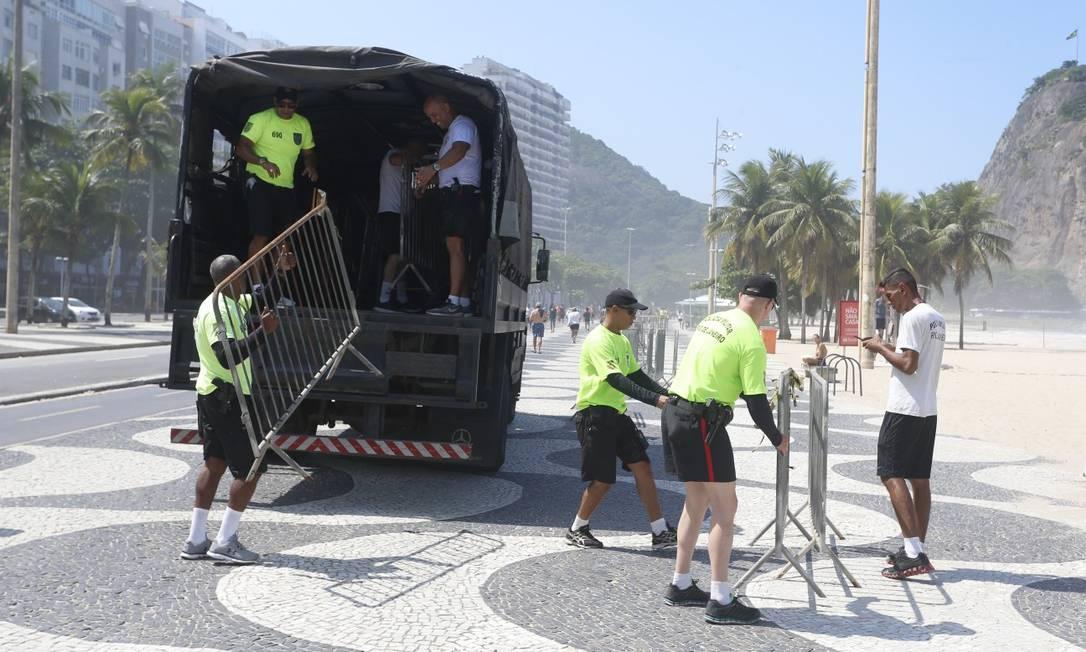 No início da manhã, agentes da PM colocaram grades para impedir o acesso à praia do Leme Foto: Fabiano Rocha