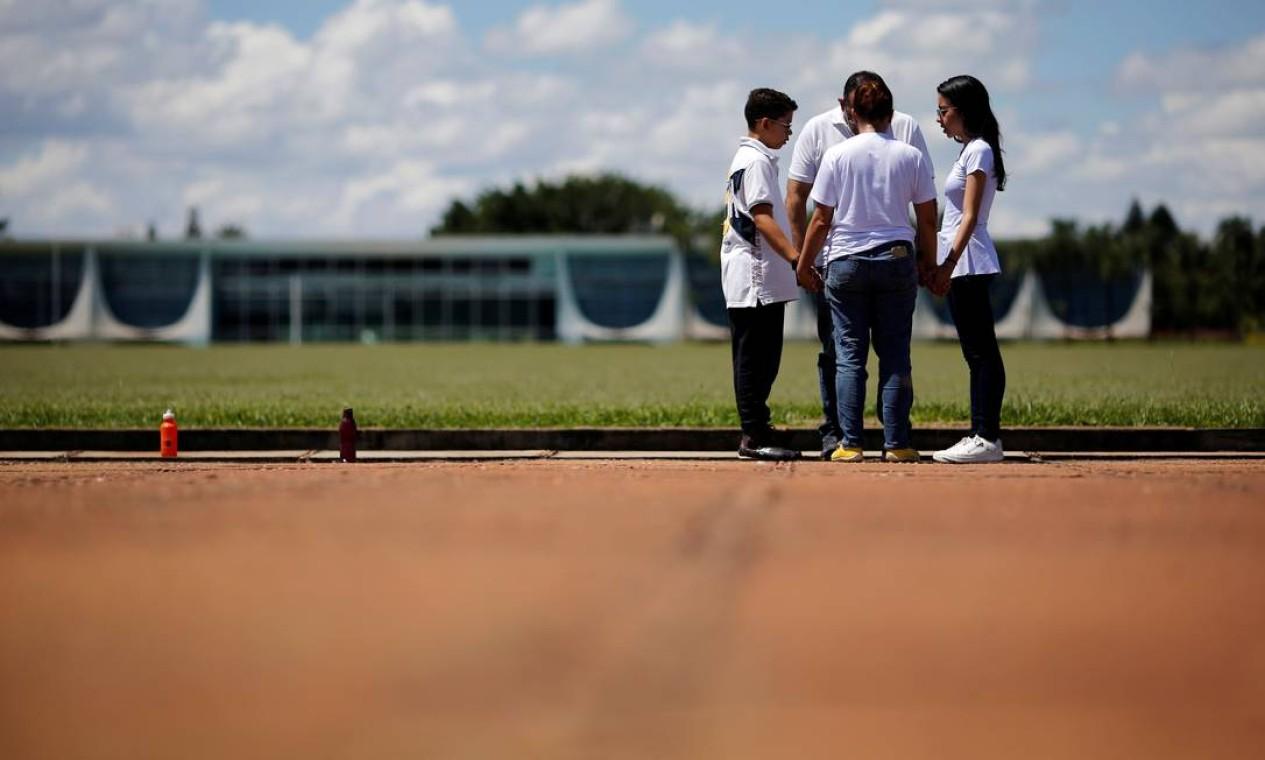 Evangélicos fiéis e apoiadores do presidente Jair Bolsonaro rezam em frente ao Palácio da Alvorada, em Brasília Foto: ADRIANO MACHADO / REUTERS