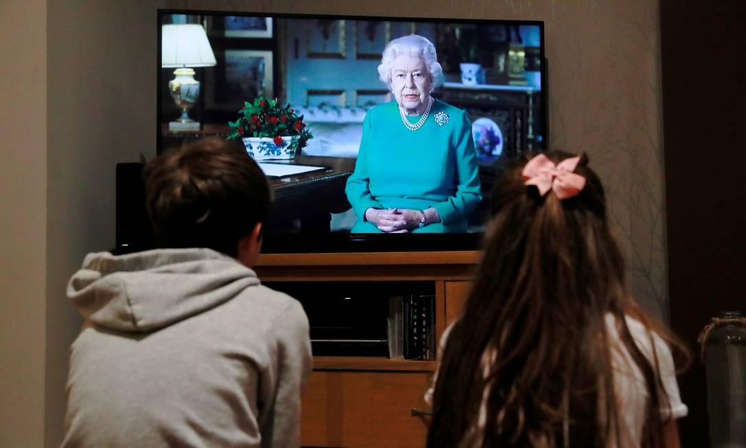 Britânicos assistem a discurso da rainha Elizabeth II sobre o coronavírus Foto: ANDREW COULDRIDGE / REUTERS